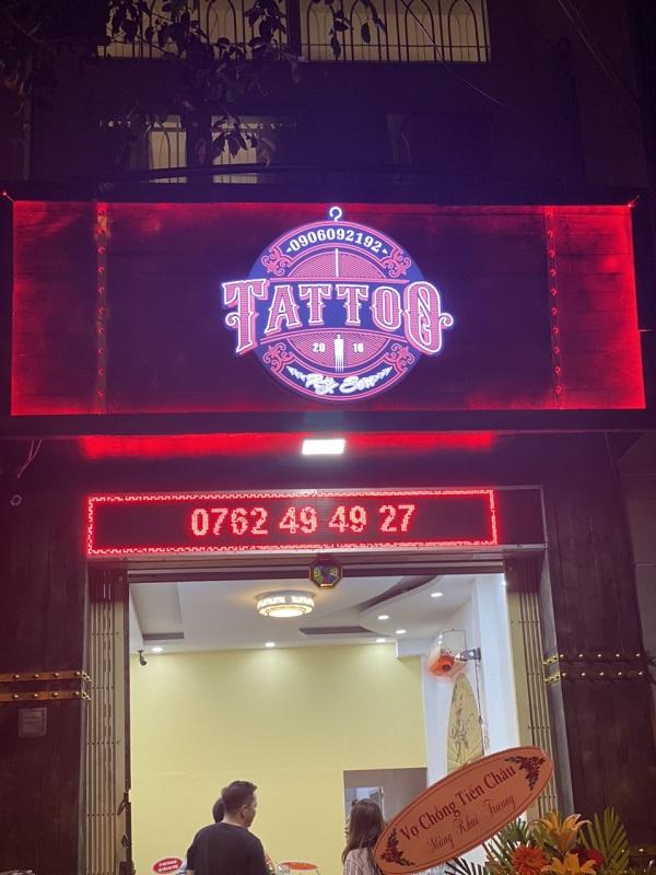 Bảng hiệu nền gỗ logo chữ nổi mica có đèn tatoo Kỳ Sơn